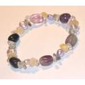 #0645 Käevõru erinevat värvi kividega ja lillade pärlitega